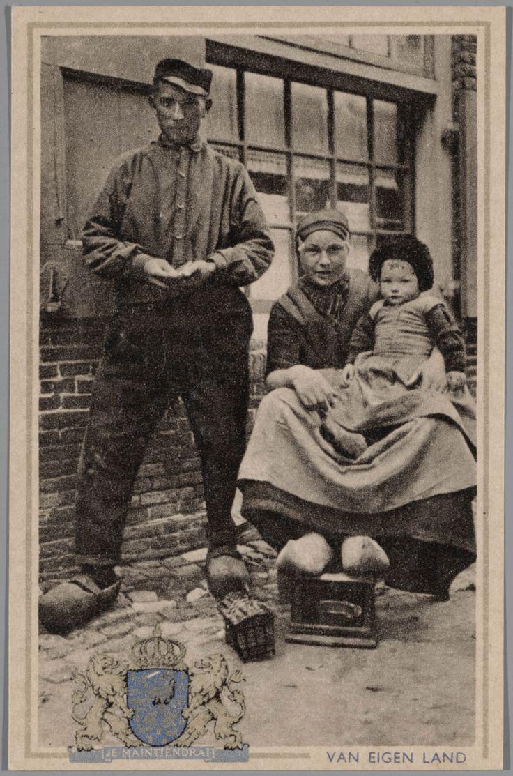 Man, vrouw en meisje in Veluwse streekdracht. Ansichtkaart uit de serie 'Van eigen land'. na 1905 #Veluwe #Gelderland #oudedracht