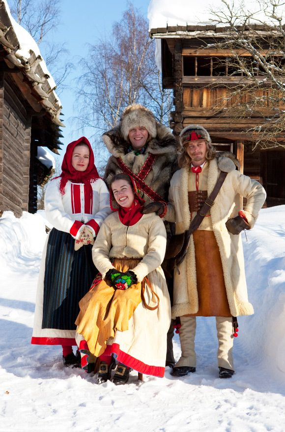 The lady to the left is wearing a winter costume from Delsbo in Hälsingland and her lady friend, sitting at the front, is dressed in a costume from Dala Floda in Dalecarlia. To the right, the man is wearing a costume from Rättvik and, like the coachman, he is dressed to travel.