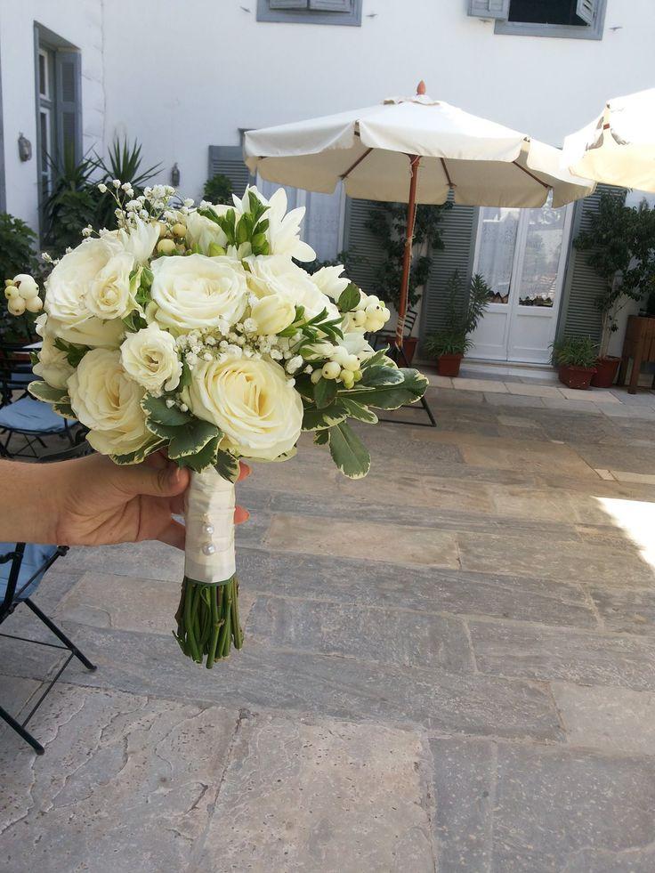 Φρεζιες, τριαντάφυλλα και φυλλωματα.