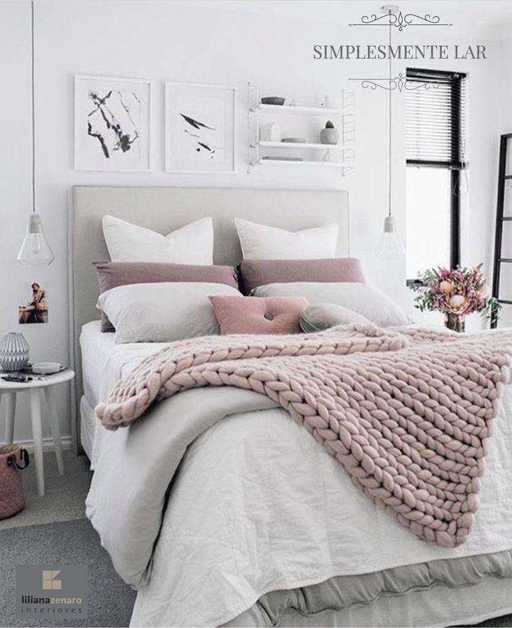 Nas cores cinza e branco, a decoração deste quarto ganhou charme e delicadeza com os detalhes em rosa quartz. A manta de lã e as almofadas são as peças em destaque. Os pendentes sobre o criado-mudo deixam o decor moderno, enquanto a cabeceira estofada garante conforto e delicadeza! Projeto em Houzz. #lilianazenaro #lilianazenarointeriores#projetolilianazenaro #quarto #quartodecasal #cabeceira #criadomudo #mesalateral #marcenaria #iluminacao #reforma #reformaresidencial #decoracao