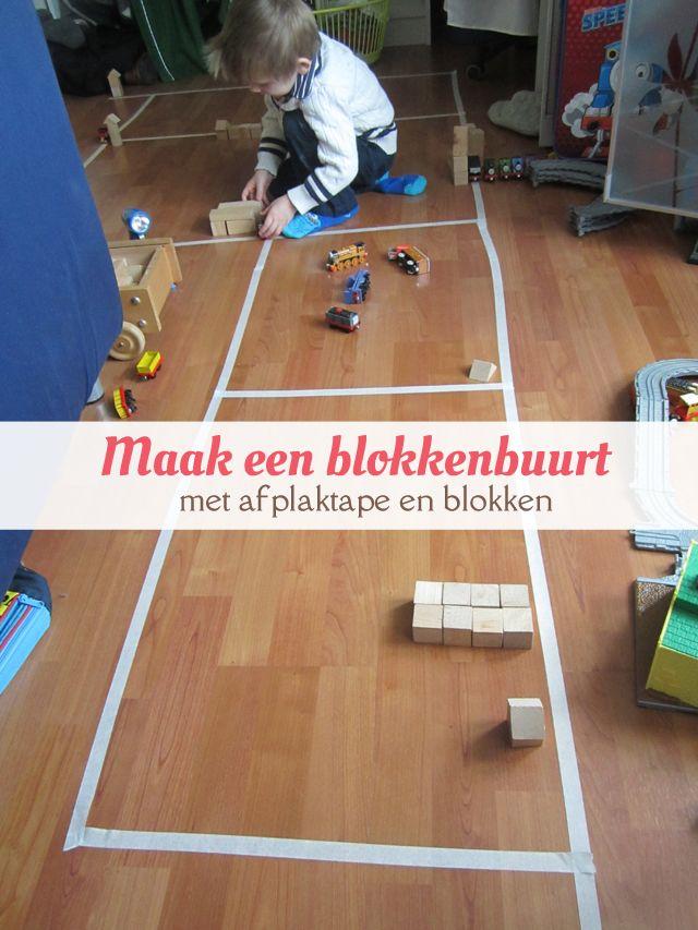 Maak een plattegrond van afplaktape en houten blokken. Leuk voor peuters en kleuters. van: www.mizflurry.nl