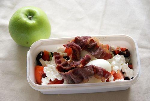 Salat med isbergsalat, tomat, rød løk, rød paprika og røde bønner toppet med cottage cgeese, to kokte egg og bacon.