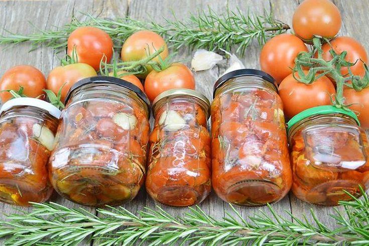 Bekijk de foto van vandaagwatanders met als titel Zelf tomaatjes drogen is echt de moeite waard. Het is heel weinig werk en het resultaat is heerlijk. Bewaar de tomaatjes onder olie in schone potten en ze zijn wekenlang houdbaar. Kijk voor het recept op www.vandaagwatanders.nl en andere inspirerende plaatjes op Welke.nl.