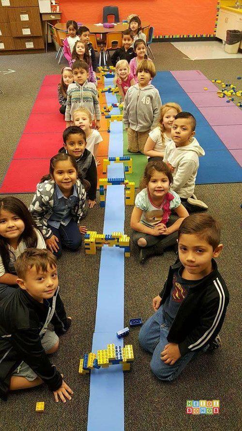 Bruggen bouwen in tweetallen: maak een kanaal in de klas met een reep papier en geef de kinderen verschillende materialen (waaronder Duplo) om bruggen mee te bouwen. Welke brug werkt het best? >> STEM Bridge Partners