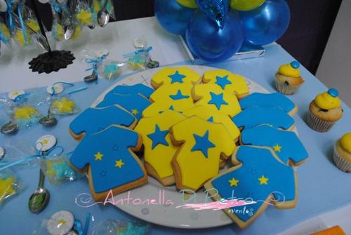 Body y camisetas con los colores de Boca Juniors. Cookies. Galletitas http://antonelladipietro.com.ar/blog/2012/09/cumple-boca-junior/