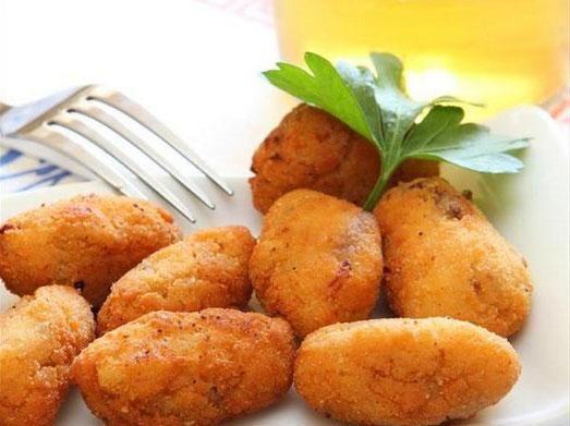 Patates Pastası  Malzemeler:  6 adet patates, 2 adet havuç, 2 dal taze soğan, 1/2 demet maydanoz, 1/2 demet dereotu, 8-10 adet pancar turşusu, 1 çay kaşığı biberiye, Tuz Karabiber  Patates Pastası Tarifi  Patatesler haşlanıp kabukları soyulur. 2 haşlanmış patates ezilip içine rendelenmiş havuç biraz tuz ekleyip yogurulup bir tarafta bekletilir. Diğer yanda 2 haşlanmış patates gene ezilir, içine ince doğranmış taze soğan, maydonoz, dereotu, tuz ve biberiye konulup yoğurulur. O da bir kenarda…