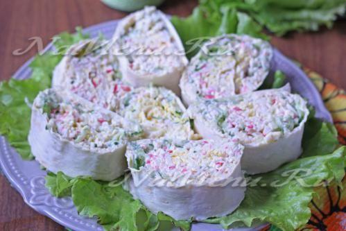 Закусочные рулетики Ингредиенты ингредиенты: - сыр колбасный – 200 грамм; - яйца куриные – 3 штуки; - крабовые палочки – 200 грамм; - свежий огурец среднего размера – 1 штука; - салат – ½ пучка; - майонез – 2 столовые ложки; - чеснок – 2 зубчика; - ролл пшеничный или лаваш – 1 лист.