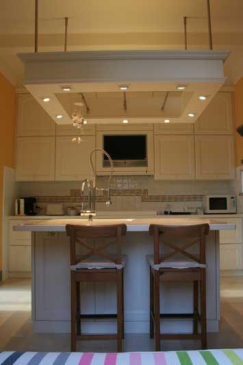 Cucina con penisola su misura con faretti incassati verniciatura laccata --> http://ow.ly/SErie