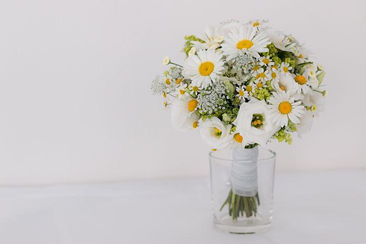 Wunderschöner Brautstrauß mit Margeriten. Gelb. Weiß. Grün.