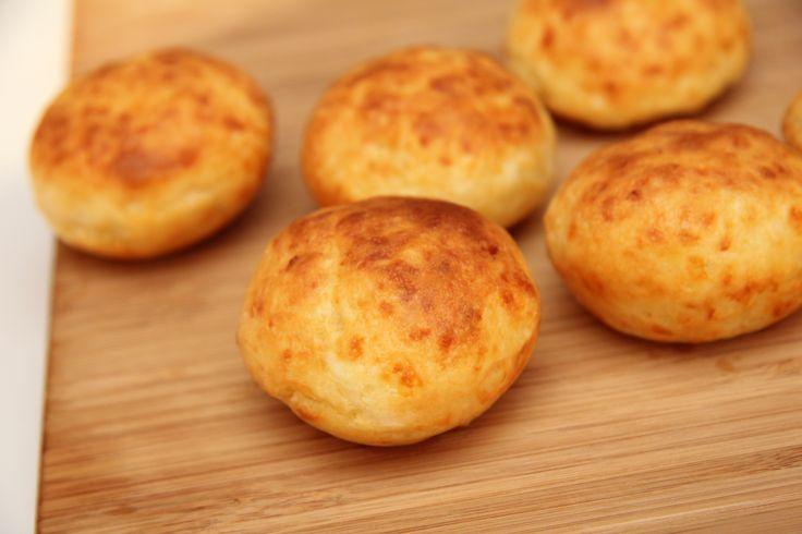 Brazil sajtos kenyér recept (Pão de Queijo):   Ez tulajdonképpen egy ragacsos belsejű sajtpuffancs, amely Brazíliából származik. Aki a sajtot szereti, az imádni fogja! ;) Nagyon sajtos! :)