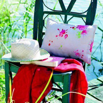 Broder un coussin de fausses taches de peinture / A pillow embroidered with fake paint stains