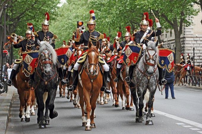 Un test à Saint-Germain-en-Laye : marcher sur des bouteilles plastiques. ©Garde républicaine - Mendiboure et Jean-Léo Dugast (photo du Manoir de Courboyer et du cheval avec les bouteilles plastique)