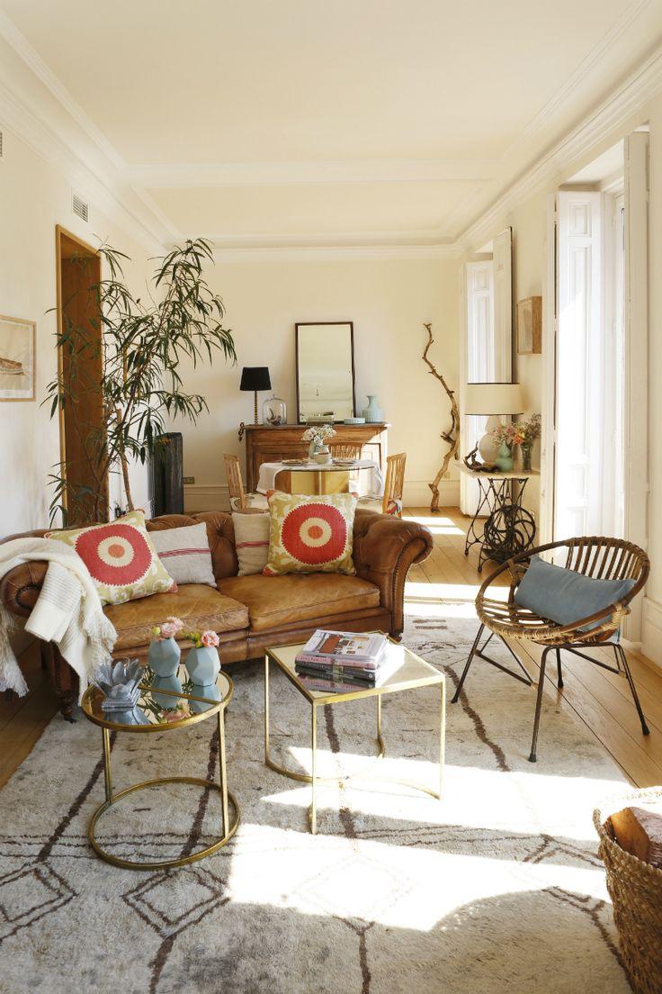 Salón soleado - AD España, © María de Miguel En el salón de céntrico piso madrileño, con tres balcones a la calle, la estrella es este sillón de piel de Hanbel.