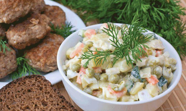 Povrće naseckati sitno i obariti, jaje takodje. Krastavce i jabuke sitno iseckati i pomešati sa obarenim povrćem. Dodati majonez, pavlaku, senf, malo limun