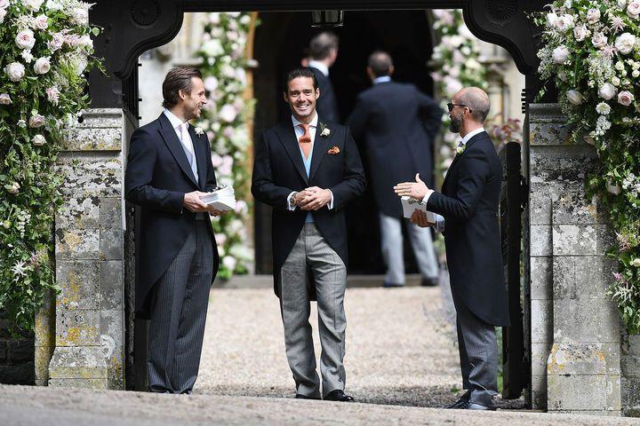 """Spencer+Matthews+hat+sich+für+einen+Anzug+mit+orangefarbener+Krawatte+entschieden.+Seine+Freundin+Vogue+Williams+durfte+er+nicht+mitbringen+–+was+hoch+offiziell+an+der+""""No+ring,+no+bring""""-Regel+von+Pippa+Middleton+lag.+Für+andere+Gäste+wie+James+Middleton+galt+diese+Regel+allerdings+offenbar+nicht,+er+durfte+Freundin+Donna+Air+mitbringen..."""