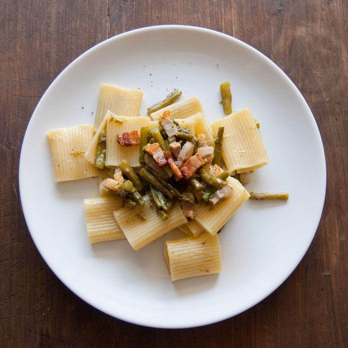 Aujourd'hui, on mange des pâtes. Des grosses pâtes. Il s'agit des Paccheri rigati avec des asperges et des morceaux de pancetta en deux cuissons.