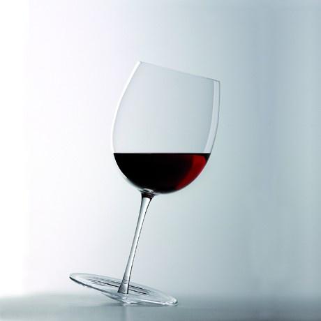 Il piede circolare piatto del serioso calice da degustazione tradizionale si trasforma in curvo così che, quando si versa il vino, il bicchiere oscilla favorendo l'ossigenazione. Basta poi solo un colpetto col dito per mescolare nuovamente e continuare a godere delle sue qualità. Ed ecco che bere del vino diventa un rituale ancora più coinvolgente.Calice in puro cristallo prodotto da Colle Vilca, da oggi su http://lovli.it/index.php/l-estroverso.html