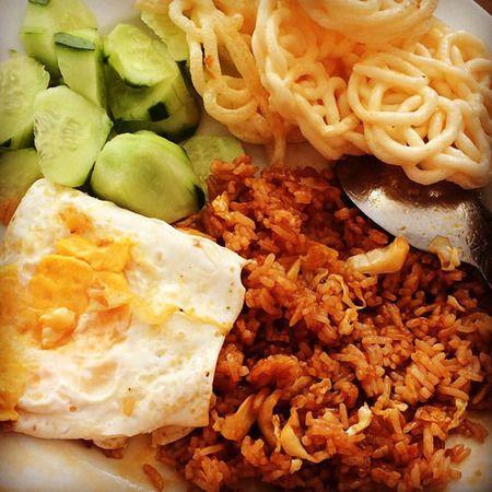 Nasi goreng dan pelengkapnya paling sering dijadikan menu sarapan praktis dan enak.
