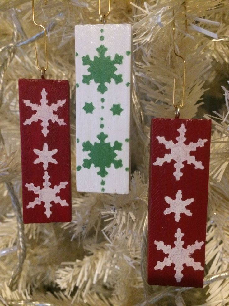 Hanging Christmas tree decorations, wooden Christmas ornaments, Nordic snowflake design, Traditional Christmas colours - pinned by pin4etsy.com