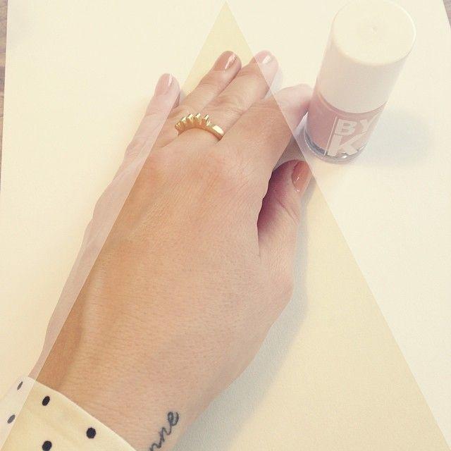 #hverdagsbillede 4/5 Her er morgen i #minverden nyder min kaffe og har lige taget #neglelak på. Jeg bærer stort set altid neglelak. Denne fine #byk sommer neglelak tror jeg vil pynte mine negle en masse denne sommer. Og det at #pynte, er blevet en du. Del af min hverdag. Og nyder det stille. Fra ingen smykker til en del #yndlingssmykker. Der på hver sin måde, har en betydning. Fortæller en historie. I mig. Med mig. Ringen her er fra fineste @lulubadulla #blink Jeg ønskede mig den længe. Fik…