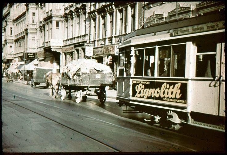 ca. 1937 -  Dieses schöne Bild zeigt einen TM36 auf der Linie 74 auf dem Weg zur Kniprodestraße. Diese Aufnahme entstand in der Neuen Königstraße (Heute Otto-Braun-Straße) vor den Häusern Nr. 82, Wohlgemuth Zigarren, Stoll Farben und Nr. 83 Fink Strümpfe, zwischen der Gollnowstraße (nicht mehr vorhanden) und der Barnimstraße. Der Krieg und der autogerechte Ausbau haben auch hier keinen Stein auf dem Anderen gelassen.