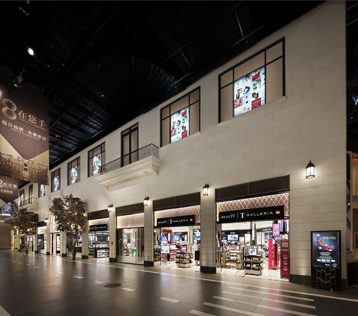 From the elegant, reflective metal ceiling to the subtle shopfront facade of rose gold glass, the iconic elements of classical Hollywood Cinema have been interweaved into the design of the store.