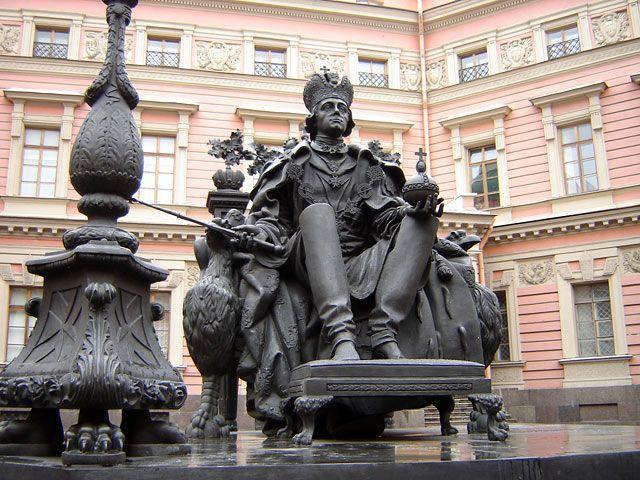 Памятник Павлу I во внутреннем дворе Михайловского замка