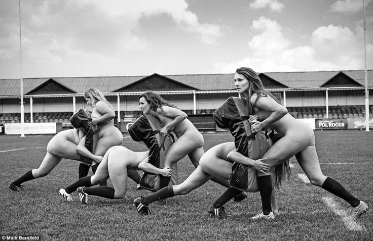 Las deportistas posaron sin ropa para un calendario benéfico cuya recaudación está destinada a ayudar a las personas que sufren desórdenes alimenticios. El equipo se enfrentará a la universidad de Cambridge el próximo día 10 de diciembre en el tradicional partido anual The Varsity Match en Twickenham.