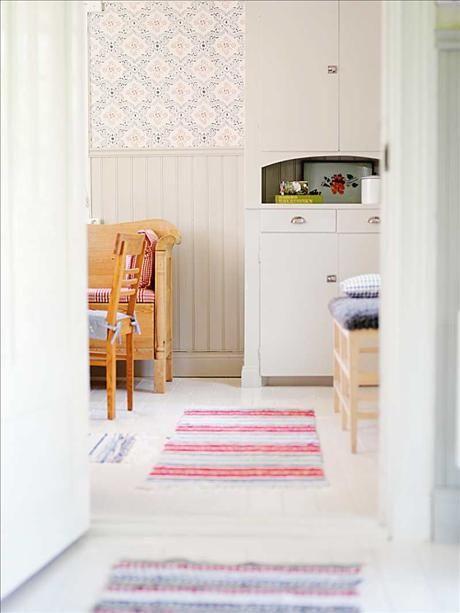 Porslinsskåpet har tapetserats på insidan med likadan tapet som den som pryder väggarna i köket, Epo...