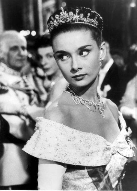 """Siz de bir klasikçiyseniz Audrey Hepburn'ün bir prensesi canlandırdığı """"Roman Holiday"""" filmindeki görünümünden ilham alabilirsiniz."""