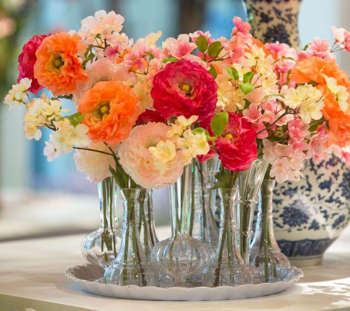 vrolijke zijden bloemen in vaasjes