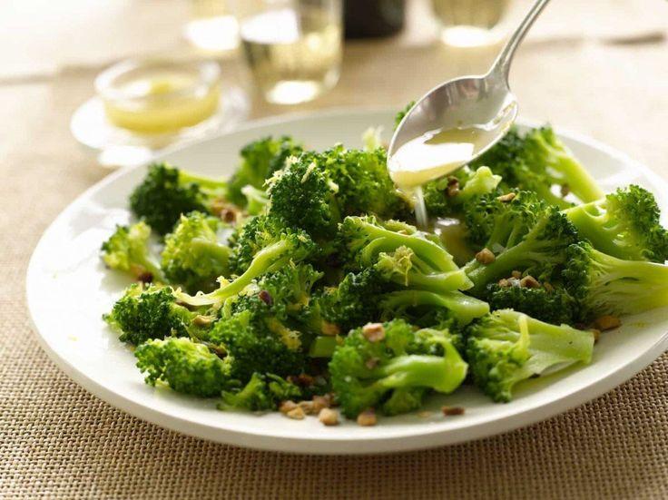 Koolhydraatarme broccoli-kip (wokrecept). Dit is een van mijn favoriete koolhydraatarme recepten. Binnen 15 minuten zet jij dit heerlijke Broccoli Kip wokgerecht op tafel. Eet smakelijk! #koolhydraatarm #broccoli #kip #wok