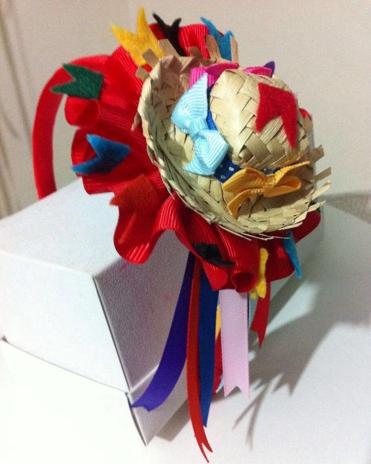 Tiara revestida, com aplicação de mini chapeu de palha customizado. Super divertida para curtir Festas Juninas. *Em estoque