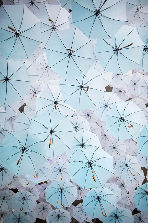 Instalação com mais de mil guarda-chuvas na Finlândia;