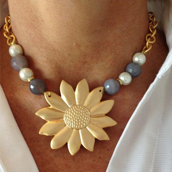 Girasol con ágatas grises y perlas de rio blancas