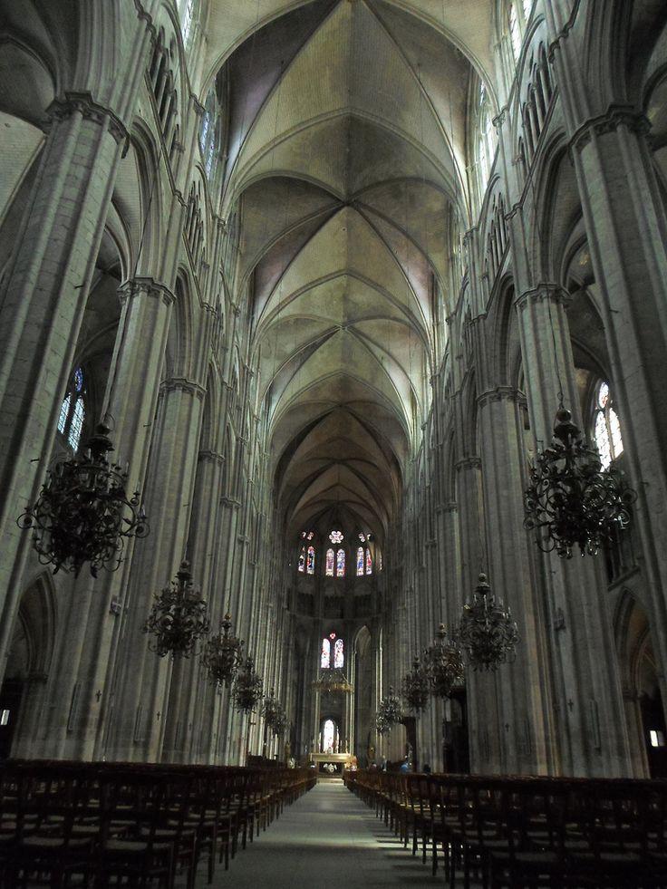 Catedral de Saint-Étienne de Bourges, considerada como una de las joyas del Arte gótico francés, fue construida entre el final del siglo XII y del siglo XIII.