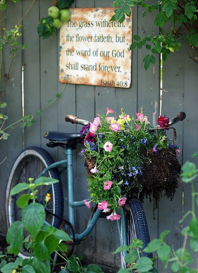 Do you have an old bike just sitting around in the garage, one that you will never use. You have a friend who like unique garden ideas, how about making her one of these bike in the gardens
