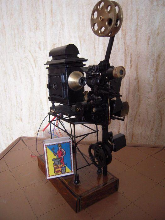 Online veilinghuis Catawiki: Miniatuur werkend model van een filmprojector