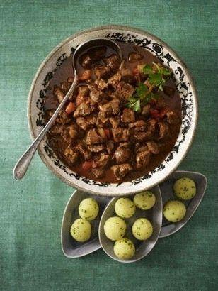Das Rezept für Ungarisches Gulasch und weitere kostenlose Rezepte auf LECKER.de Gulasch is like a very thick stew, it can be spicy