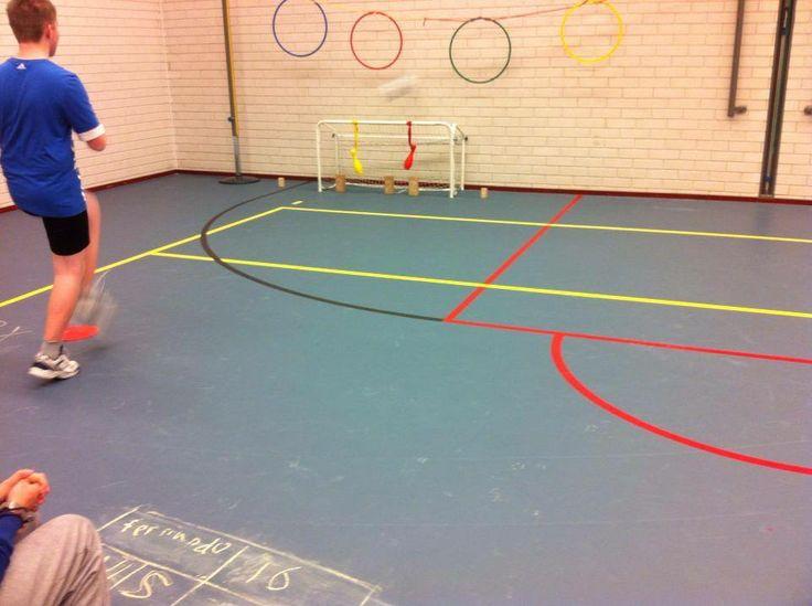 Voetbal-mikken Materialen: - voetbal - penaltystip - goaltje (1 punt) - grote blokjes (2 punten) - kegels aan lintje (3 punten) - kleine blokjes (4 punten) - hoepels aan lijn (5 punten) - krijt Lesvoorstel: Leerling mag 3 penalty's nemen. Elk schot levert punten op. Maximaal 3x 5 punten. De score schrijft de leerling met krijt op de grond en probeert in de volgende ronde zijn pr te verbeteren.