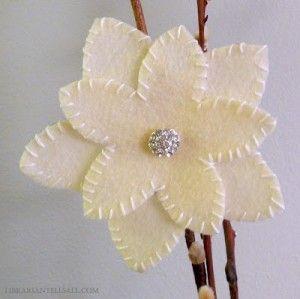 Leuke bloem van vilt, eenvoudig te maken.