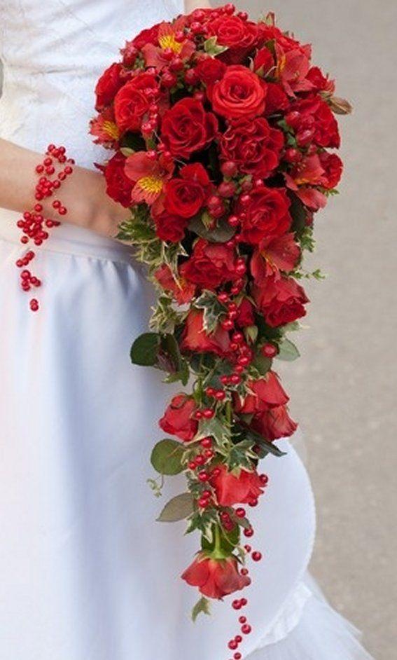 Bruidsboeket druppel met rode rozen en hypericum bessen.  Herfst boeket
