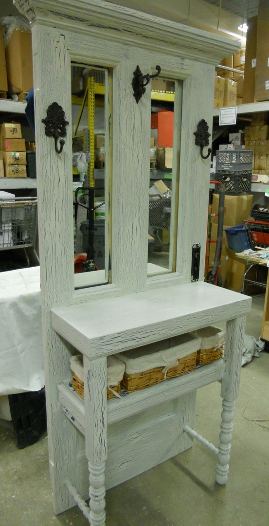 Upcycled hall tree from a door and headboard this is for Muebles con puertas viejas