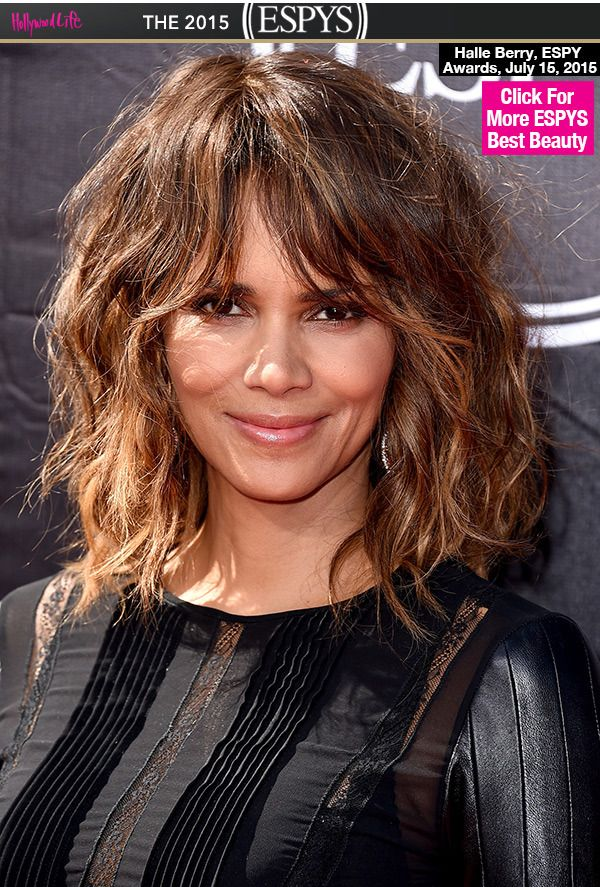 Now that's how it's done, guys! The breathtakingly beautiful Halle Berry looked gorgeous on the red carpet at the 2015 ESPY Awards. While she looked perfect from head to toe, we were particularly loving her wavy, shoulder-length hair! Great hairstyle!