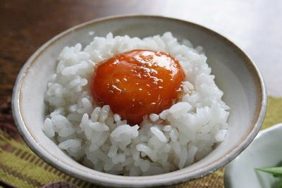 寝る前に卵黄を醤油に漬けるだけ!翌朝に「絶品卵かけご飯」が食べれちゃう♪生姜入りしょうゆ玉子のっけご飯