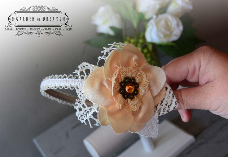Detalle de diadema en color champagne y beige con encaje y flor #diademas #champagneybeige #encaje #flor #niñas