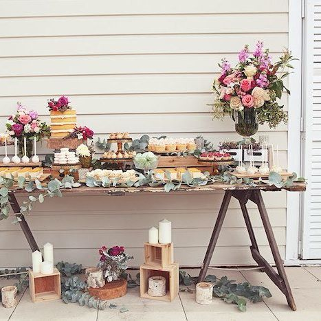 How about a Secret garden themed bridal shower? Is the perfect theme for a sunday brunch, with all of the bride's close friends and relatives. To achive this rustic feeling, naked cake's are a must have, also remember to add bright flowers for a more whimsical touch! #bridalshower #bridetobe #bridesmaid #maidofhonor #partyideas #bacheloretteparty #rusticbridal #whimpsical #desserttable #decoration #weddingplanning #weddingtips