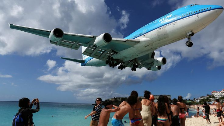 Mezinárodní letiště princezny Juliany , nebo také Mezinárodní letiště Sint Maarten na ostrově Svatého Martina v souuostroví Malých Antil , bylo otevřené v roce 1942. Je výjimečné svou polohou, která je hned vedle oblíbené pláže, letadla tak přistávají lid…