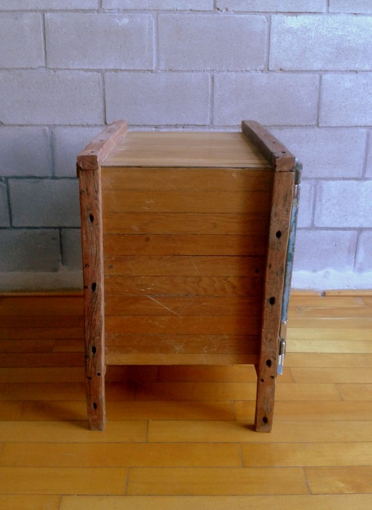 CARMELA °°°Mueble guarda cosas   Materiales: La estructura esta hecha con varillas de alambrado de campo, la caja con un machimbre de roble recuperados de un piso y la puerta es un chapon reciclado.  Medidas: 70 cm x 65 cm x 70 cm