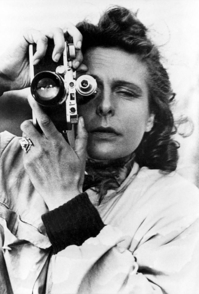 Leni Riefenstahl bei einen Selbstporträit mit deutscher Ingenieurskraft in der Hand und am Körper 1939